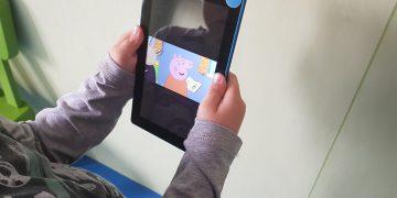 Moje dete ne govori a ima dve godine… Ali prepoznaje prve taktove omiljene reklame, crtanog filma, pesmice na stranom jeziku i ima pokazni gest
