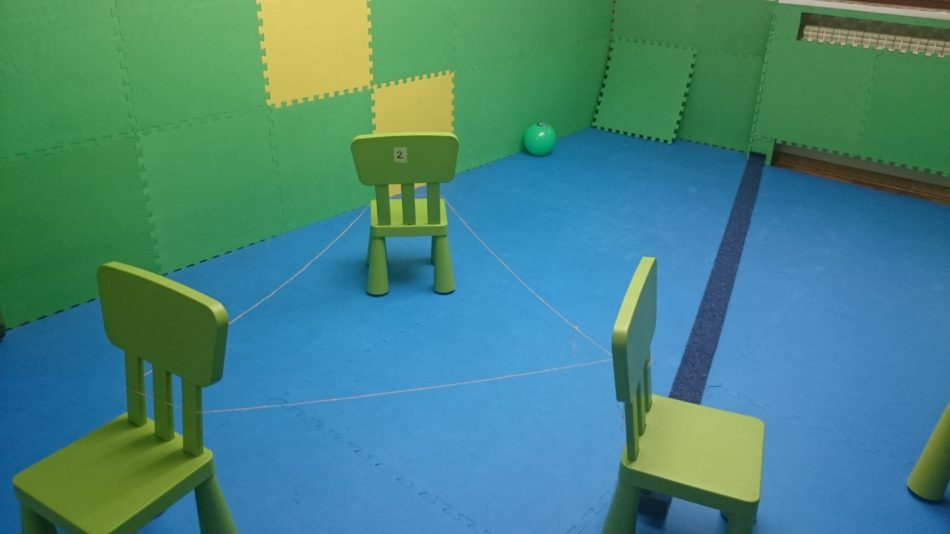 Kroz ovu aktivnost dete uvežbava orijentaciju u prostoru , koordinaciju nogu, ravnotežu, auditivnu percepciju i impulsivnost.
